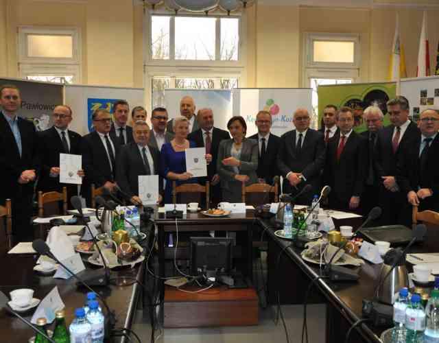 """Uroczystość podpisania umowy o dofinansowanie projektu pn. """"Efektywność energetyczna w budynkach publicznych subregionu kędzierzyńsko-strzeleckiego"""""""